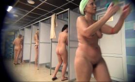 public-shower-voyeur-captures-attractive-amateur-ladies