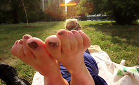 Dazzling Blonde Teen Exposes Her Sexy Feet In The Outdoors